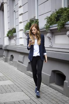 Button down, blazer, denim jeans and sneakers Mode Outfits, Office Outfits, Casual Outfits, Fashion Outfits, Womens Fashion, Style Casual, My Style, Style Tumblr, New Balance Outfit