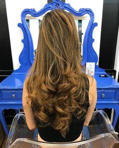 Cabelão lindo e iluminado na cor mel 🍯 Para cabelos escuros que querem brilhar no ☀️ do verão. Trabalho da equipe @walhair do Circus Pamplona 🎪 #circushair #circuspamplona #ombremel #haircolor #ombre #circus #iluminadomel