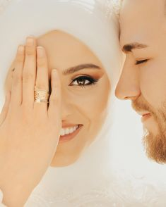 Bu fotoğrafın açıklaması sizden gelen yorumlardan seçildi '' Bir avuç kabul edilmiş dua.''✌️ Bu fotoğrafın açıklaması sizden gelen yorumlardan seçildi '' Bir avuç kabul edilmiş dua.''✌️ Wedding Photography Poses, Wedding Poses, Wedding Photoshoot, Wedding Couples, Wedding Bride, The Bride, Bride Look, Cute Muslim Couples, Wedding Rituals