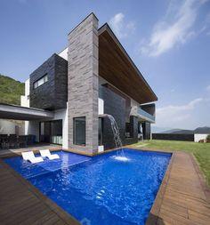 Área de jardin/alberca : Casas modernas de URBN #fachadasmodernasdecasas #DiseñodeJardines