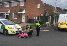 """""""Kein Führerschein, kein Problem"""", dachte sich offenbar ein kleines Mädchen aus dem englischen Cheshire und gab in einempinken Spielauto ordentlichGas. Allerdings hatte das Kleinkind die Rechnung ohne die örtliche Polizeigemacht. Als die Kleine nämlich mit """"unberechenbarer"""" Fahrweise"""
