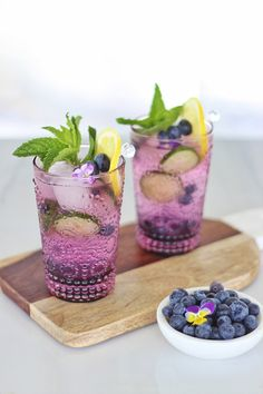 alcoholic party drinks My Blueberry Lemon and Cucumber Gin Mojitos combine sweet blueberries with refreshing lemon,cucumber and mint. A healthy dose of gin unites the flavour pro Gin Cocktail Recipes, Vodka Cocktails, Cocktail Drinks, Gin Cucumber Cocktail, Cocktail Ideas, Blueberry Juice, Blueberry Drinks, Blueberry Cocktail, Champagne Cocktail