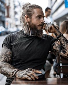 New Fashion Mens Hipster Beard Tattoo 32 Ideas Tattoo Model Mann, Tattoo Models, Bart Tattoo, Hipster Noir, Hair And Beard Styles, Long Hair Styles, Motard Sexy, Sexy Tattooed Men, Bearded Tattooed Men