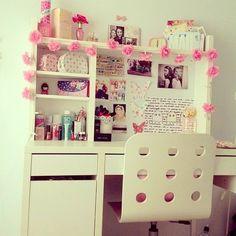 How to Decorate the Perfect Pink Dorm Room Bedroom Desk, Diy Home Decor Bedroom, Interior Design Living Room, Girls Bedroom, Girl Rooms, Bedrooms, Trendy Bedroom, Dream Bedroom, Diy Home Decor