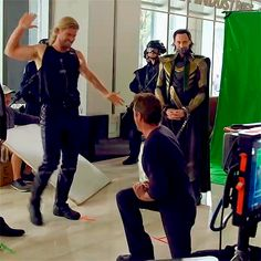 love how Tom Hiddleston is in the background just hangin out Marvel Avengers, Avengers Memes, Marvel Actors, Marvel Funny, Marvel Memes, Marvel Dc Comics, Avengers Bloopers, Avengers Cast, Tom Hiddleston