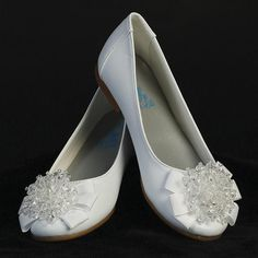 These girls flats are perfect for a First Communion, Flower Girl or any special occasion. These flats are extra special because they come with a crystal beadbow. Infant sizes have a strap so even the