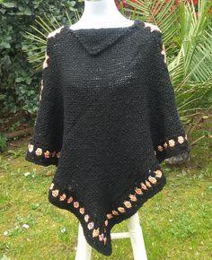 El último poncho a telar de temporada de invierno, lo realicé en lana semi gruesa, con color de base negro y las aplicaciones de granny en ... Knit Crochet, Scarves, Weaving, Pullover, Knitting, Pattern, Sweaters, Inspiration, Clothes