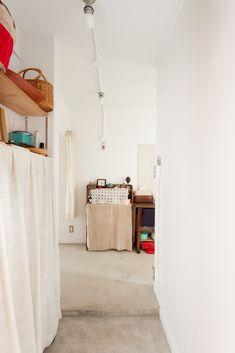 団地リノベの醍醐味は、外と中のギャップでしょうか。玄関からの景色だけでもうワクワクしちゃいます。#A様邸練馬 #団地リノベ #シンプルな暮らし #モルタル #日当たり良好 #EcoDeco #エコデコ #インテリア #リノベーション #renovation #東京 #福岡 #福岡リノベーション #福岡設計事務所 Wardrobe Rack, Loft, Furniture, Home Decor, Decoration Home, Room Decor, Lofts, Home Furnishings, Home Interior Design
