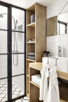 Avant - Après : un mini loft parisien qui a tout d'un grand - House Architecture Loft Interiors, Mini Loft, Bathrooms Remodel, Trendy Home, Home Remodeling, Small Tiny House, Bathroom Decor, Modern Bathroom Design, Small Bathroom Decor