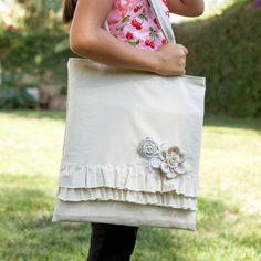 Make this linen ruffle bag that you can wear all year long. Tutorial shows you how to create this lovely tote bag.