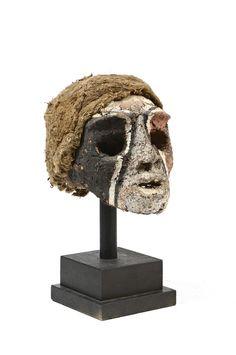 Lot : Crâne surmodelé présentant un visage les yeux grands ouverts, la bouche en[...]   Dans la vente Grandes Civilisations : Préhistoire, Archéologie, Océanie, Afrique, Précolombien et Arts d'Asie à Millon et Associés Paris