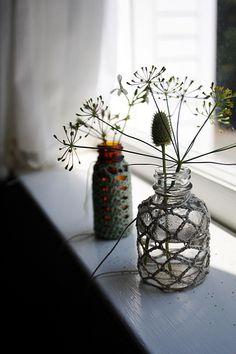 petites mailles de crochet sur simple petite bouteille de verre et la beauté est là… simply pretty (by ethanollie)