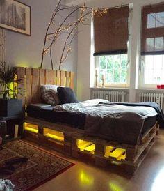 Отличная домашняя атмосфера создана в спальной благодаря кровати выполненной из паллет.