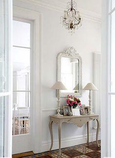 Cuando se busca que la decoración de una casa se destaque por su estilo y la elegancia de ciertos elementos, un vestíbulo o recibidor podría vestirse con toq