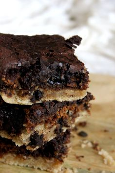 The smells coming from my kitchen as I type this… heaven save me, I think I've perished from chocolate overdose. And that's only by smellingit.Ever since seeing the recipe for Slutty Brownies on R…