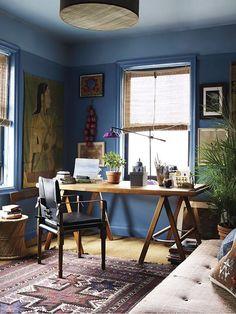 Home Office Rústico com Persiana de Palha e Escrivaninha de Madeira