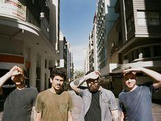Depois de impressionar o público do festival Lollapalooza Brasil 2014, a banda apresenta as letras provocativas que os colocam na linha de frente do atual cenário da MPB.