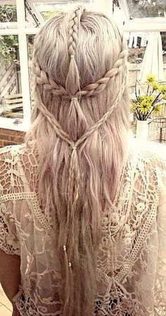Beautiful Elven Hairstyle. I don't know if I would actually try this on myself. Mostly because I'm clumsy with hair.