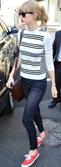Taylor Swift   stripped long sleeves + jeans + sneakers