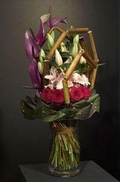 Fröhliche Blumen fördern fröhliche Sekretärinnen. Überraschen Sie Ihre Sekretärin mit diesem wunderschönen Bouquet aus Blumen, für welches die Lilie Chiara® mit ihrer enormen trompetenförmigen Blüte, die Anthurie Previa® in einer brillianten lila Farbe, die samtige Rose Red Naomi® und die einzigartigeGerbera Soap® verwendet wurden! Sie überraschen nicht nur Ihre Sekretärin, sondern auch der Ladentischoder Ihr Büro wird augenblicklich vergnüglicher aussehen.