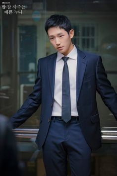 Jung Hae-in is Seo Joon-Hee in Pretty Noona Who Buys Me Food (Something in the Rain). Live recapping at Drama Milk! Asian Celebrities, Asian Actors, Korean Actors, Drama Korea, Korean Drama, Jung In, Jo In Sung, While You Were Sleeping, Cute Actors