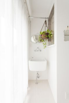 家事室にある洗い場用のシンク。汚れたシューズなどもここで洗う事ができますよ!#S様邸多摩川 #家事室 #洗い場 #ファミリー #シンプルな暮らし #ファミリー #EcoDeco #エコデコ #インテリア #リノベーション #renovation #東京 #福岡 #福岡リノベーション #福岡設計事務所 Furnitures, Alcove, Bathtub, House Styles, Home, Standing Bath, Bathtubs, Bath Tube, Ad Home