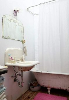Para mi casa de pueblo { For my village house } Baños Shabby Chic, Shabby Cottage, Shabby Chic Homes, Rose Cottage, Clawfoot Tub Bathroom, Downstairs Bathroom, Vintage Bathrooms, Romantic Bathrooms, Vintage Mirrors
