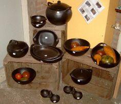 Black Pottery (zwart aardewerk) Handgemaakte ovenschalen, potten en sierschalen die op een traditionele manier van rode rivierklei worden gemaakt. Na het bakproces verkleurt het naar deze aarde zwarte tint. Tevens te gebruiken op het gas- of elektrisch fornuis.