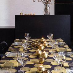 Un mix boules de Noël et bougies dorées en guise de centre de table