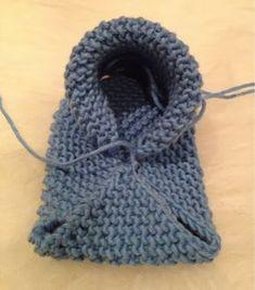 Her kommer oppskriften på Babysko ❤ Jeg har brukt Mandarin Petit, og pinner n& Baby Booties Knitting Pattern, Baby Shoes Pattern, Crochet Baby Booties, Baby Patterns, Baby Knitting, Knitting Patterns, Crochet Converse, Crochet Shoes, Knit Crochet
