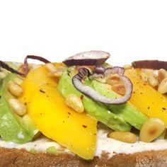 Parisielle Lifestyle: Tartine avocat, mangue, pignons, oignon rouge, base fromage frais (#veggie)