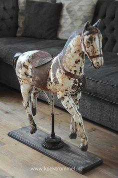 oud draaimolenpaard van ijzer