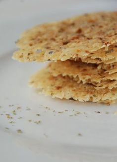 here we go: geriebener Parmesan+etwas Oregano (Thymian geht auch)+ 1 Knoblauchzehe mischen. Kleine Häufchen (2 TL) auf's Backblech geben. Ca. 150 Grad ca. 4-6 min. backen. Dazu gab es bei uns…