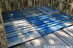 And continuing with Andrea's project and her pallet shed, today we are going to speak about how she has built the shed floor, made of course exclusively using wooden pallets, and in this case… Pallet Cabin Ideas, Pallet Shed Plans, Pallet House, Diy Pallet Projects, Garden Projects, Shed Exterior Ideas, Rustic Shed, Pallet Floors, Shed Floor