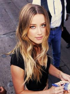 Welcome to Daily Amber Heard. Your number one source for everything around the gorgeous Amber Heard. Tie And Dye Blonde, Dark Blonde Hair, Hair Color Dark, Blonde Ombre, Amber Heard Hair, Peinados Pin Up, Gorgeous Hair, Beautiful, Amazing Hair