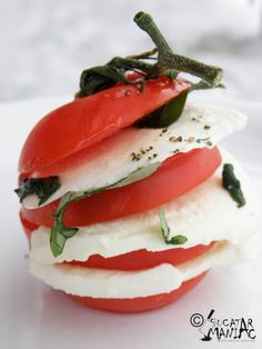 caprese,piept de pui chicken brests recipe Healthy Low Carb Recipes, Healthy Snacks, Healthy Eating, Fun Foods To Make, Food To Make, Lime Basil Chicken, Italian Baked Chicken, Frozen Chicken Recipes, Tiny Food