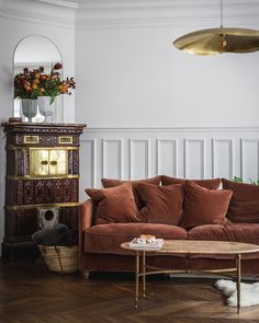 11 Parisian Sofas and Couches for Your Living Room Sofa Decor, Decor, Elegant Homes, Trendy Living Rooms, Parisian Decor, Minimalist Sofa, European Home Decor, Parisian Apartment, Elegant Home Decor