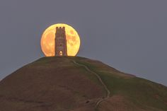 Moonrise, Glastonbury Tor / Robert Harvey / Love Your Mother Glastonbury England, Glastonbury Tor, Roi Arthur, England And Scotland, Pilgrimage, Great Britain, Magick, The Great Outdoors, Beautiful Places