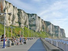 Eu - Le Tréport, 6 dagen fietsen Krijtrotskusten in Normandië. www.eigenwijzereizen.nl Cycling Holiday, France, Travel List, Mount Rushmore, Beautiful Places, Germany, Hotels, Villa, Calais