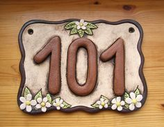 Keramická cedulka rodinná s mazlíčky na míru / Zboží prodejce ZARIA Rustic House Numbers, Ceramic House Numbers, House Number Plaque, Ceramic Houses, Succulents In Containers, Planter Boxes, Ceramic Art, Garden Art, Diy And Crafts
