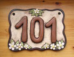 Keramická cedulka rodinná s mazlíčky na míru / Zboží prodejce ZARIA Rustic House Numbers, Ceramic House Numbers, House Number Plaque, Succulents In Containers, Ceramic Houses, Planter Boxes, Ceramic Art, Garden Art, Diy And Crafts