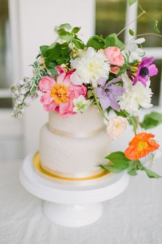 When it comes to wedding color palettes, blush and neutrals are usually the go-to but not in this elopement! When the bride wants a bright and summery southern elopement, you make it happen! Nothing screams summer like some bright, bold florals! It's like sangria in flower form. It doesn't take much to make a wedding feel personal. This wedding will inspire you to create a sophisticated, fun and bold wedding with bright colors. Fall Wedding Cakes, Wedding Cake Rustic, Wedding Cakes With Flowers, Wedding Paper, Floral Wedding, Wedding Bouquets, Winter Wedding Colors, Summer Wedding Colors, Floral Centerpieces