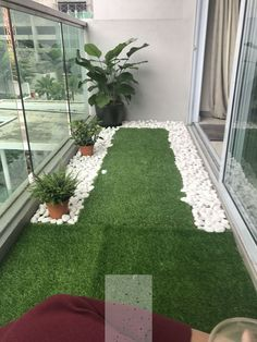 60 Best Artificial Grass Ideas, You Should Put on Your Lawn Tiny balcony with artificial grass and river pebbles Small Balcony Design, Small Balcony Garden, Small Balcony Decor, Balcony Plants, House Plants Decor, Terrace Design, Small Patio, Balcony Ideas, Plants Indoor
