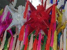 Las Piñatas se originaron en China y fueron llevadas a Europa por Marco Polo; Pero La Piñata, tal Como se Conoce ahora surgió en México. Se utilizaba por los párrocos como herramienta para la evangelización de los indígenas. Tradicionalmente son de 7 picos que representan los 7 pecados capitales. actualmente las piñatas se hacen de variadas formas y son un elemento indispensable en las posadas navideñas y en las fiestas infantiles. ¡Dale, dale!