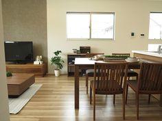 イタリアンノーチェ柄のフローリングにウォールナット材の家具で統一したリビングダイニング空間 (インテリアショップBIGJOY)