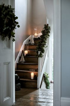 ferien tisch Scandi Christmas decorations: 15 ideas to hygge up your home this festive season Scandi Christmas Decorations, Christmas Greenery, Scandinavian Christmas, Simple Christmas, Christmas Home, Seasonal Decor, Holiday Decor, Xmas, Merry Christmas