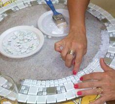 Como fazer uma mesa de mosaico. Uma mesa de mosaico é uma peça de mobiliário muito charmosa onde poderá servir seus lanches e chás de amigas, elas com certeza ficarão impressionadas. De inspiração romana, são ideais para ter no jard... Tile Crafts, Mosaic Crafts, Mosaic Projects, Diy Craft Projects, Diy And Crafts, Projects To Try, Mirror Mosaic, Mosaic Diy, Mosaic Glass