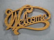 Dit fretwork welkom teken is van de hand gesneden uit massief eiken met een figuurzaagmachine en is een elegante manier om uw gasten te ontvangen. Het stuk is afgewerkt met een Deense olie om te laten zien van de natuurlijke schoonheid en kleur van het hout; omdat hout kenmerken variëren is het item in de foto het item dat u ontvangt.  Afmetingen: 13 1/2 inch lang, 8 1/4 duim lang, 3/4 inch dik.