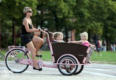 Thé way to get around with more than 2 kids :) Velo Tricycle, Velo Cargo, Tandem Bicycle, Bike Trailer, Commute To Work, Cycle Chic, Commuter Bike, Kids Seating, Bike Style