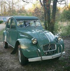Retrouvez toutes les images de notre 2CV. Familièrement appelée Deuche ou Deudeuche, c'est une voiture populaire française produite par Citroën entre le 7 octobre 1948 et le 27 juillet 1990. #2cv #deuche #mehari #pièces_2cv http://www.mcda.com/